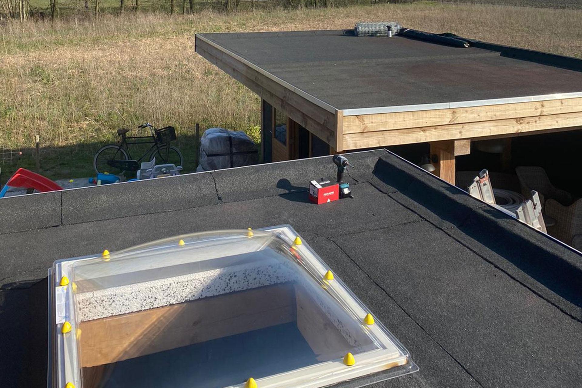 Bitumen garagedak met dakkoepl en tuinhuisje
